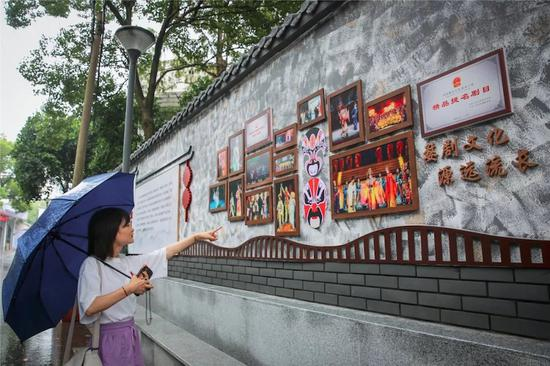 市民驻足阅读文化墙。张苑 摄
