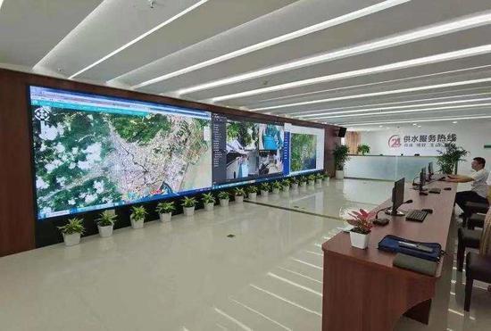 乐清市供水集团智慧水务调度中心,一块显示屏占据了一整面墙壁,上面是实时跳动的数据和星罗密布的线路图。蔡甜甜 提供