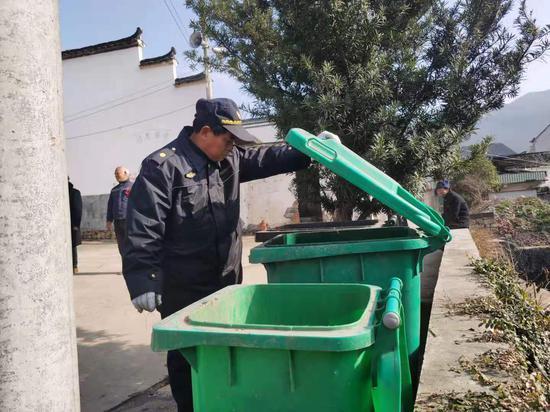 兰溪市行政执法局黄店执法中队检查垃圾分类情况。潘敏 摄