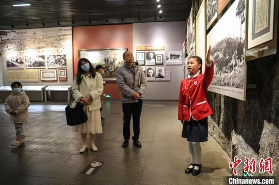 """遵义长征小学五年级的学生杨成野作为小小""""红色义务宣讲员""""正在讲解。 瞿宏伦 摄"""