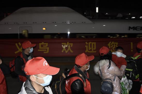 首次来义就业人员乘坐专列抵达义乌。龚书弘 摄