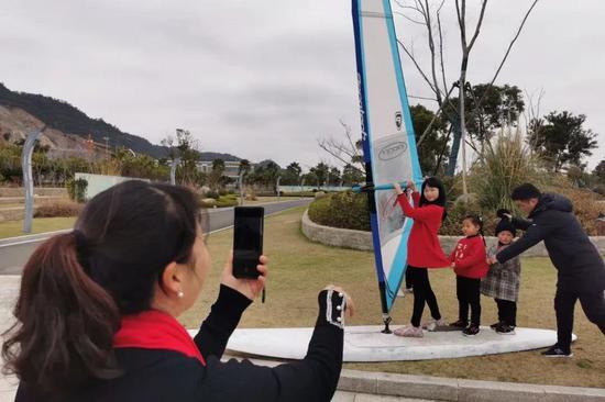游客正在拍照。孔月 提供