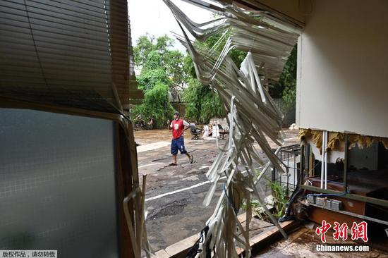 当地时间2月21日,印度尼西亚首都雅加达,洪水退去后,人们在阳光下晾晒被洪水浸泡过的商品。