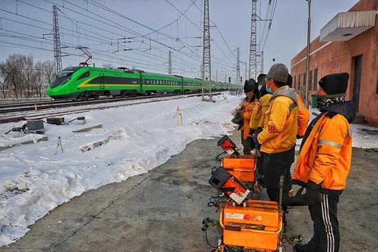 列车通过时,所有探伤作业人员要下道列队避车。