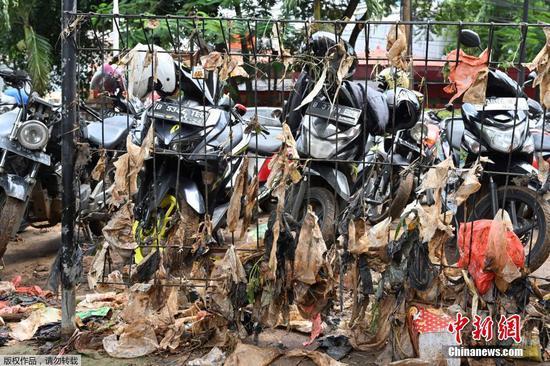 当地时间2月21日,印度尼西亚首都雅加达,洪水退去后,泥浆及垃圾粘在围栏上。