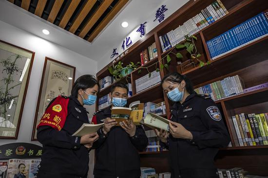 青年民警党员在《警察书屋》认真查阅学习有关关党史类的书籍。