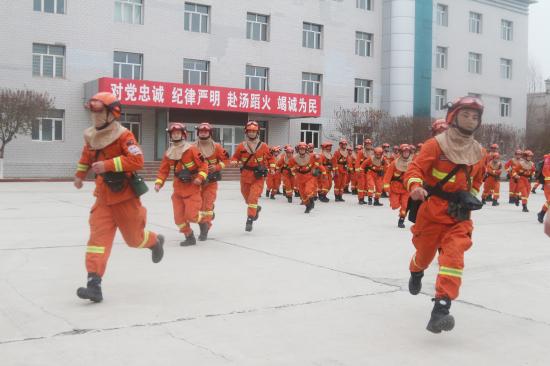 消防员开展拉动演练快速登车。