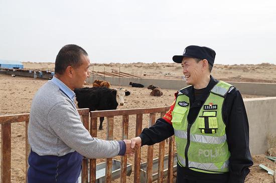 赵兰新对辖区内养殖场的工作人员开展回访。