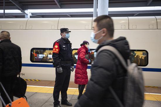 D2708次列车乘警达尼亚尔·迪力木拉提在列车始发前进行站台巡视。