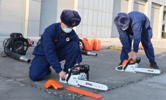 消防员正在维护保养灭火装备 。
