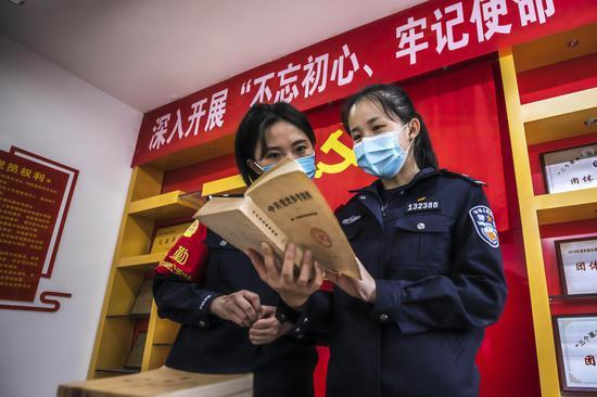 青年民警党员杨佳闻在党员活动室阅读《中共党史参考资料》书籍。