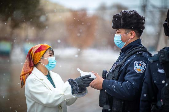 辖区居民比娜斯·吐尔洪拜为民警送上汤圆。
