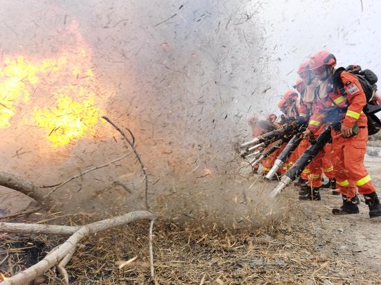 消防队员开展灭火演练 。