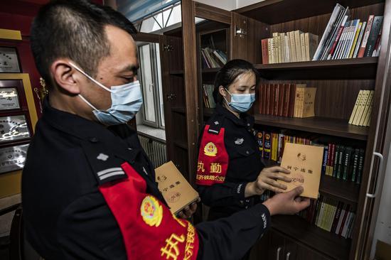 青年民警党员对党员活动室内的涉及党史的书籍重新进行归纳整理方便民警在学习中查阅资料。