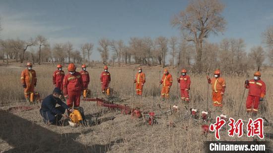 巴州消防救援支队指战员和护林员一起进行森林火灾应急处置演练 。 鲁红光 摄