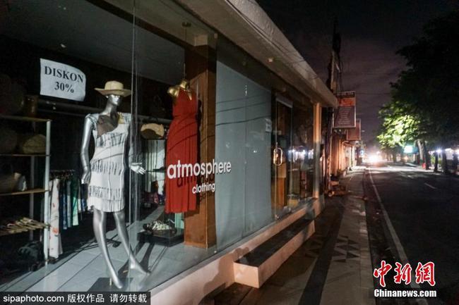 应对新冠疫情印尼推宵禁措施 购物街变得十分冷清