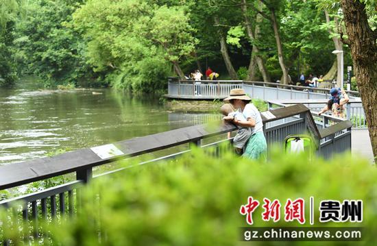 阿哈湖国家湿地公园良好的生态吸引了不少市民游客前来游玩。  赵松  摄