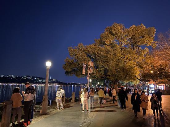 市民游客游覽西湖。黃慧 攝