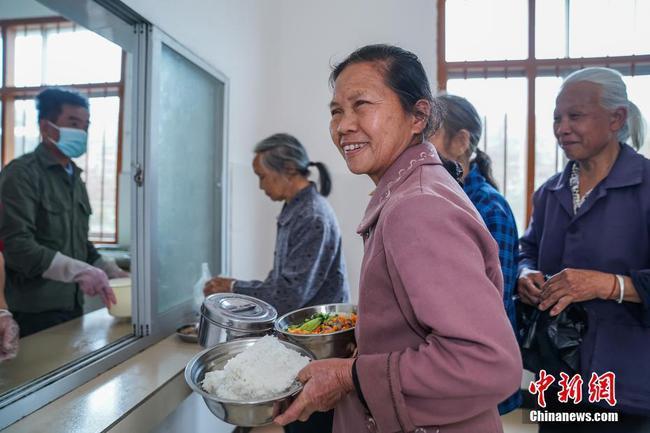 """探访广西隆安县东信村""""爸妈食堂"""":村中留守老人每天可领免费午餐"""
