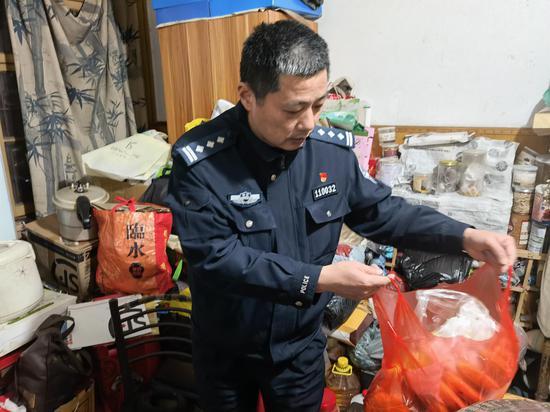 田安乐在走访中。杭州公安 供图