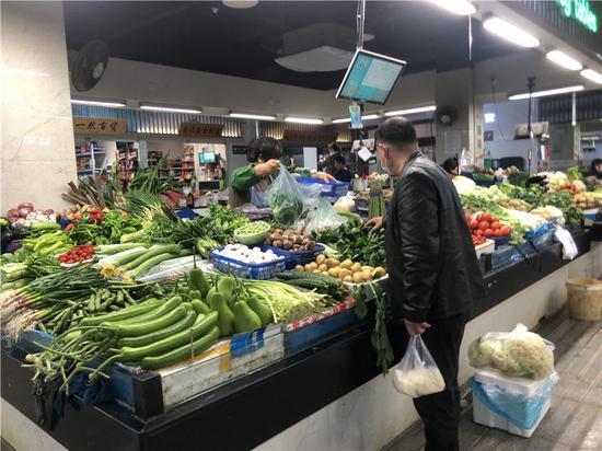民眾買菜現場。  林波 攝