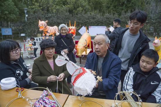 王師傅教給人們制作花燈的步驟 徐銘懌 攝