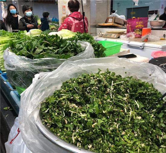 處理好售賣的春季野菜。  林波 攝
