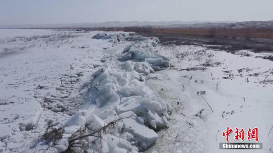 """新疆博斯腾湖出现""""推冰""""奇观"""