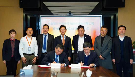 兴业银行股份有限公司宁波分行与甬兴证券有限公司签署全面战略合作协议。  丁泊远 摄