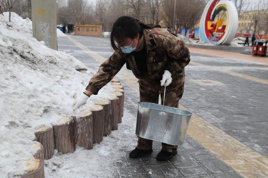 一〇四团社区开展道路除雪除冰工作