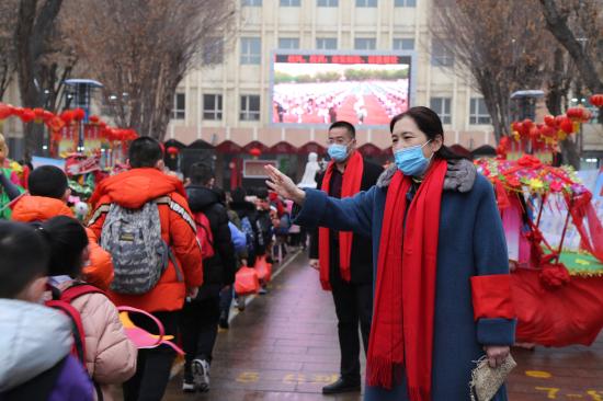 新疆兵团第八师石河子市各中小学校分层分批入学开课