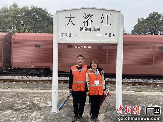 """通讯:为了旅客安全出行 夫妻把""""家""""搬到铁路上"""