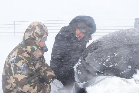 """新疆阿勒泰民警""""闹海风""""中风雪救助被困车辆"""