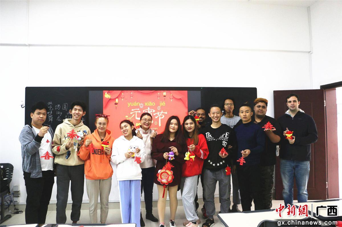 广西留学生体验中国元宵传统民俗