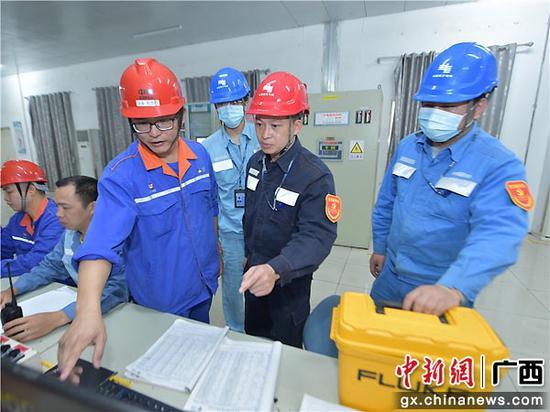 供电服务人员根据客户生产情况提出用电方案。曾远 摄