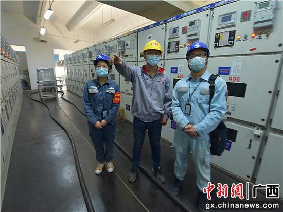 供电服务人员在企业配电房检查用电情况。曾远 摄