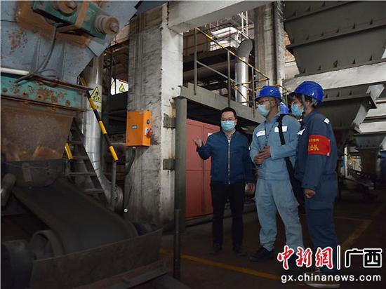 供电服务人员到生产车间了解客户用电需求。曾远 摄