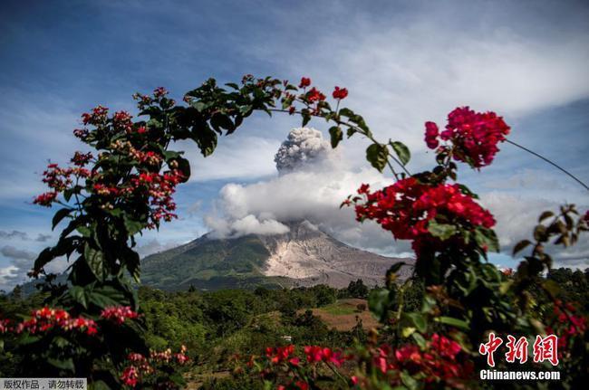 印尼锡纳朋火山喷发 滚滚浓烟直冲天际