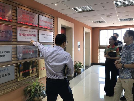 瓯海区市场监管局在了解温州大学瓯江学院各方面情况。 瓯海区市场监管局供图