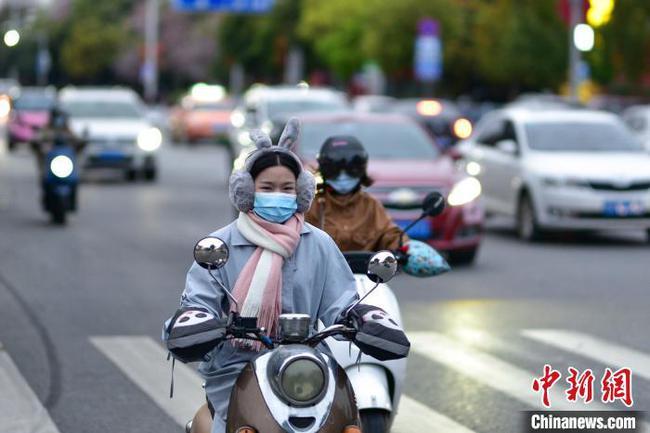 """广西""""倒春寒""""气温骤降10度 民众重穿大棉袄"""