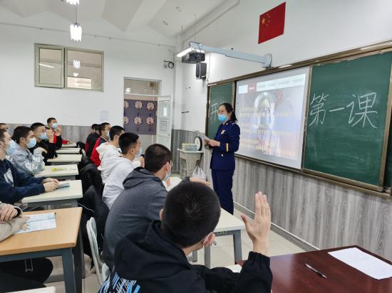 """新疆克拉玛依消防向学校赠送万本教材助推 """"开学第一课"""""""