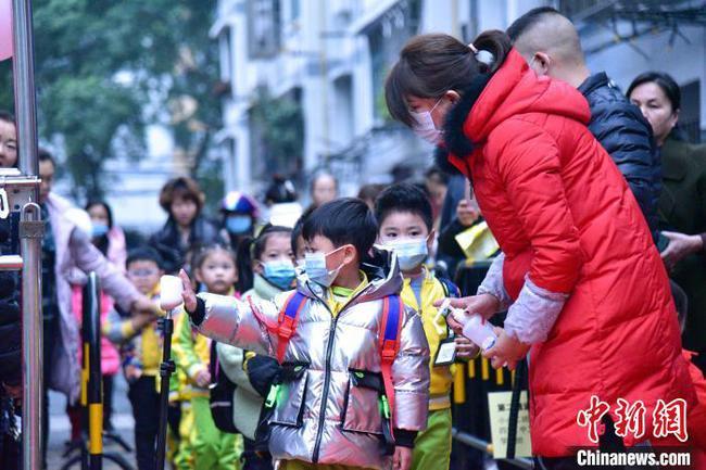 广西柳州萌娃开学 流行病防控常态化