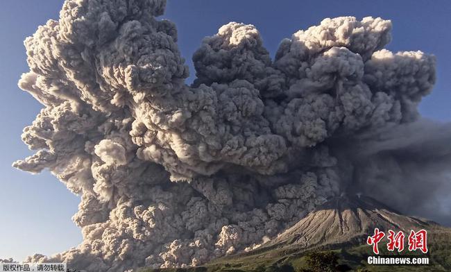 """印尼锡纳朋火山喷发 浓烟腾起仿佛升起""""蘑菇云"""