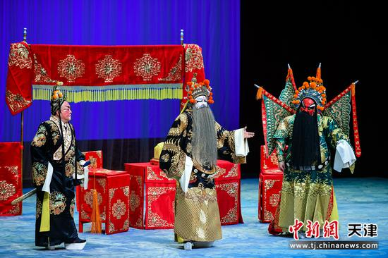 3月1日晚,天津市青年京剧团2021年新春系列演出在中华剧院拉开序幕, 张悦、谭艳、王嘉庆、国家一级演员、梅花奖得 主石晓亮等表演的《失子惊疯》《三盗令》 令戏迷听得如醉如痴。   中新社记者 佟郁 摄