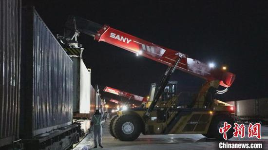 3月1日,一列装载800多吨化肥的中亚班列,驶入新疆霍尔果斯口岸,在换装作业区换装编组。 李明 摄