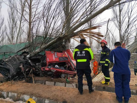 宁夏红寺堡交警7小时成功解救被困驾驶员