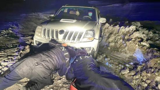 新疆哈密:零下30摄车辆陷入雪坑受困 边境派出所民警紧急救援