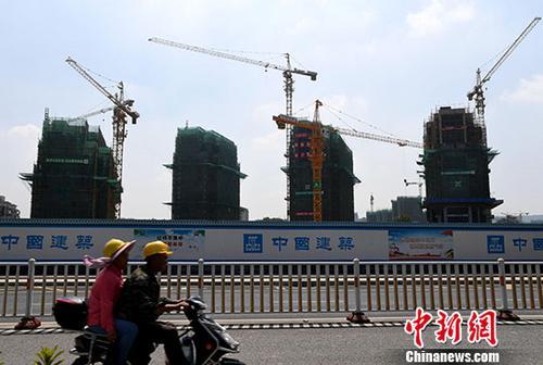 资料图:正在建设中的房地产楼盘。中新社记者 张斌 摄