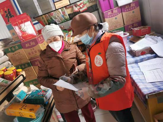 3月3日,新疆乌鲁木齐市水磨沟区河滩北路824号北新苑小区居民正在橙心优选(兴旺远景便利店)提货点提货。