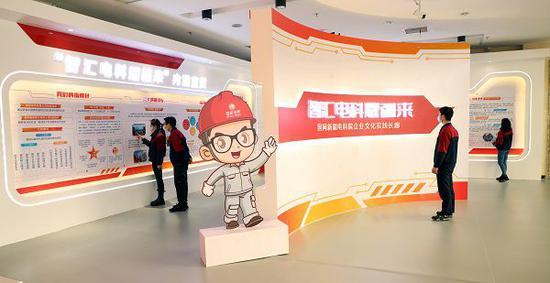 """国网新疆电科院员工参观新建成的""""智汇电科耀疆来""""企业文化展厅。马博洋 摄"""